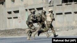 Војници на НАТО во близина на телевизијата Шамшад во Кабул
