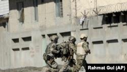 НАТОнун күчтөрү Кабулда телеканалга кол салуу болгон учурда. 7-ноябрь, 2017-жыл.