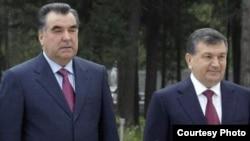 Президент Таджикистана Эмомали Рахмон (слева) и премьер-министр, врио президента Узбекистана Шавкат Мирзияев.