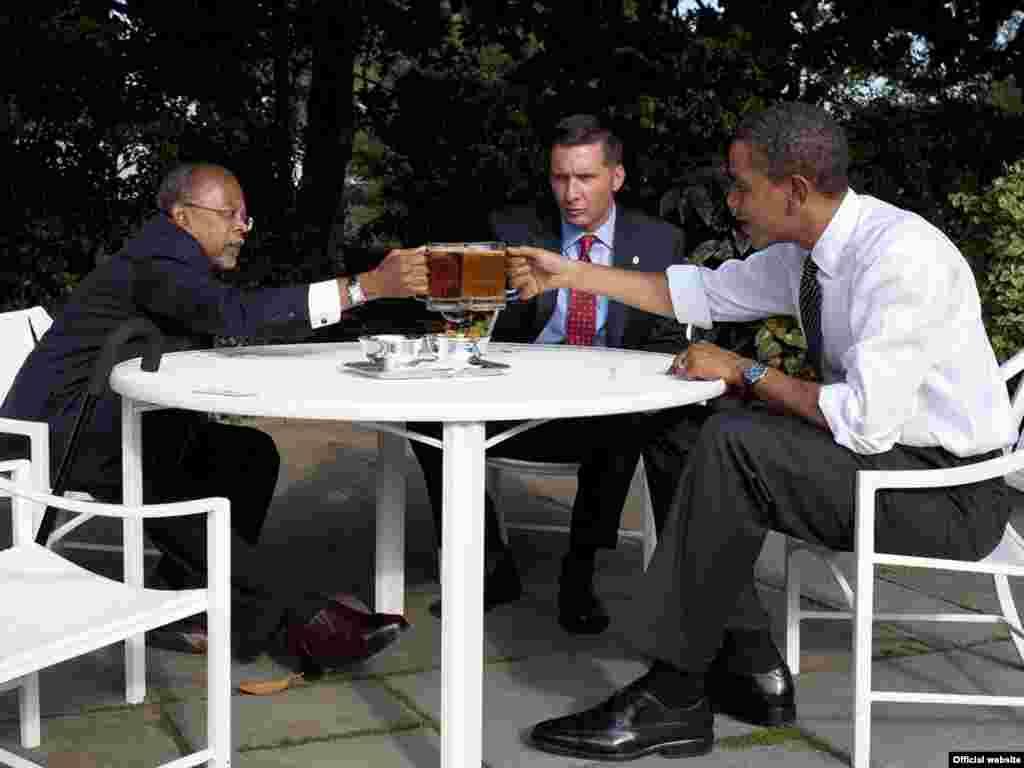 Барак Обама встретился за пивом с профессором и полицейским. Ссора между афроамериканцем профессором Генри Гейтсом и белым полицейским Джеймсом Краули вызвала недавно ожесточенные дебаты