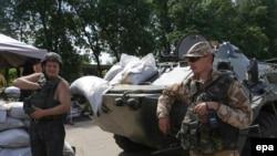 Славянск шаҳри яқинига ўрнатилган постдаги Украина ҳарбийлари.