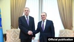 Генеральный секретарь ОДКБ Станислав Зась (слева) и министр иностранных дел Армении Зограб Мнацаканян (архив)