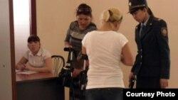 Полиция Жаңаөзен оқиғасы бойынша өтіп жатқан сотқа келушілерді тексеріп жатыр. Ақтау, 12 сәуір 2012 жыл. Көрнекі сурет.