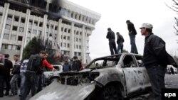 Өрттен бүлінген үкімет үйі алдында тұрған адамдар. Бішкек, 8 сәуір 2010 жыл.