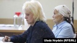 Маці і бабуля Аляксандра Коржыча падчас суду. 8 жніўня 2018 году