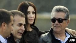 بهمن قبادی (دوم از چپ) در کنار مونیکا بلوچی و بهروز وثوقی، بازیگران فیلم «فصل کرگدن»