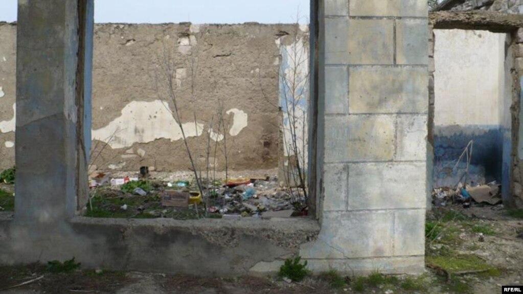 La Tătărăuca, o imagine a unei librării în ruină (2010)
