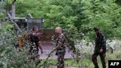 Венгерские военнослужащие готовятся к сооружению забора на границе с Сербией. Окрестности села Морахалом, 13 июня 2015 года.