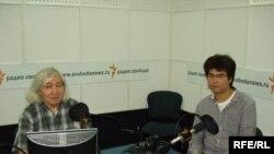 Писатель Муса Мураталиев (слева) с молодым кыргызским музыкантом Азаматом Сыдыковым. Москва, 5 июля 2009 г.