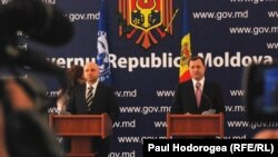 Nikolay Guerguiev, șeful misiunii FMI și premierul Vlad Filat la conferința de presă de la Chișinău