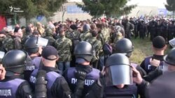 Біля «Краковця» поліція затримала групу чоловіків у камуфляжі (відео)