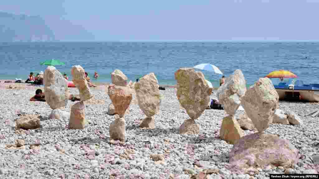 Так она выглядит целиком. Искусство балансировки камней – широко известное занятие. В мире даже проводятся чемпионаты: мастера сражаются в разных стилях постановки камней
