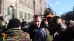 Протестувальники «взяли в полон» кількох міліціонерів і повели на Майдан