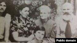 Зліва направо: Василь Січко, Стефанія Січко (Петраш), Оксана Мешко, Петро Січко, попереду – Оксана Січко. Архівне фото
