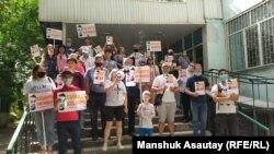 Сторонники активиста Альнура Ильяшева у здания Медеуского районного суда № 2 в день начала рассмотрения по его делу. 12 июня 2020 года.