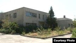Заброшенное здание детского сада в городе Талгар Алматинской области.