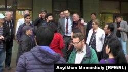 Ермек Нарымбаев (в центре, в пиджаке и при галстуке), Серикжан Мамбеталин (за его спиной) вместе со своими сторонниками радуются решению апелляционной инстанции у здания городского суда. Алматы, 30 марта 2016 года.