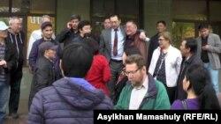 Graždan aktiwisti Ermek Narymbaýew sud jaýynyň öňünde, Almaty, 30-njy mart, 2016