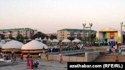 """Түркмөнабат шаарында """"Коон күнүн"""" майрамдоо 7-августта эле башталган."""