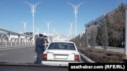 Ýol gözegçilik polisiýasy awtoulaglary barlaýar, Aşgabat, 18-nji ýanwar, 2019