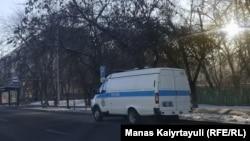 Микроавтобус полиции на прилегающей к площади улице. Алматы, 10 января 2021 года.
