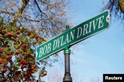 Табличка с названием улицы имени Боба Дилана в его родном городе Хиббинге. 13 октября 2016 года.