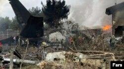 پارچههای طیاره کارگو که در نزدیکی شهر تهران سقوط کرد