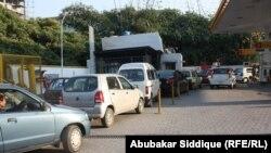 Исламабадтағы сығымдалған табиғи газ станциясында осы отын түрімен жүретін көліктер кезекте тұр. Пәкістан, 11 қаңтар 2012 жыл.