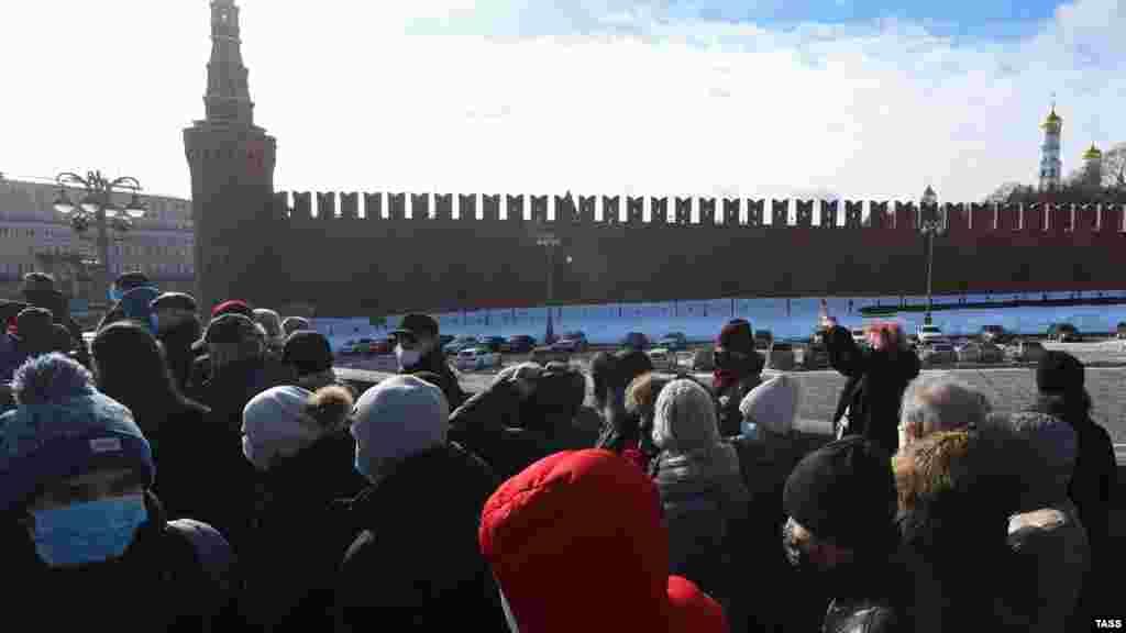 27 февраля у мемориала Немцова на Большом Москворецком мосту выстроилась очередь из желающих возложить цветы