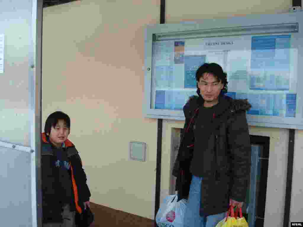 37-летний Самат Нургалиев и его 11-летний сын Жарылгасын. В этой семье еще 4 человека. Им грозит депортация из Чехии. - Самат Нургалиев е его сын у входа в чешскую полицию. Вышни Лхоты, 1 февраля 2009 года.