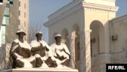 Памятник основоположникам казахского правосудия Казыбек бию, Толе бию и Айтеке бию, установленный у здания столичного суда. Астана, 24 декабря 2008 года.