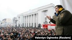 Лідер «Руху нових сил» Міхеїл Саакашвілі виступає біля Верховної Ради. Київ, 5 грудня 2017 року
