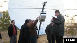 Məmurlar ANS-in peyk antennasını sökürlər, 24 noyabr 2006