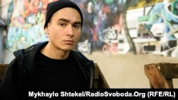 Український художник Нікіта Кадан в Одесі напередодні відкриття своєї виставки «(не)означені»