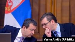 Ivica Dačić i Aleksandar Vučić na sednici Vlade Srbije na kojoj su predstavljene mere za oporavak privrede, 8. oktobar 2013.