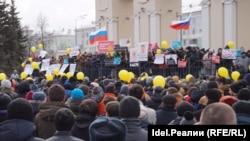 2017 елның 26 марты. Казан. Коррупциягә каршы урам җыены. Сары шарлар һәм Русия байраклары