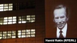 Световой портрет Вацлава Гавела на здании штаб-квартиры Радио Свобода/Радио Свободная Европа в Праге