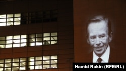 Световой портрет Вацлава Гавела на здании штаб-квартиры Радио Свобода/Свободная Европа в Праге