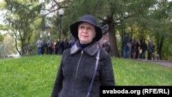 Тацяна Севярынец каля помніка Ўладзімеру Караткевічу
