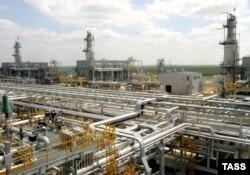 """Нефтеперерабатывающий завод консорциума """"Карачаганак Петролеум Оперейтинг"""". 13 июня 2006 года."""