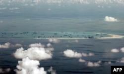 Съемка части островов Спратли, сделанная филиппинским военным самолетом в 2015 году