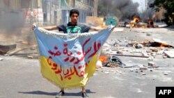 """Egjipt - Një përkrahës i Vëllazërisë Myslimane, të cilës i takon edhe presidenti i përmbysur i Egjiptit Mohammed Morsi, mban një mbishkrim ku shkruan """"Aleksandria është kundër grusht-shtetit""""(Ilustrim)"""