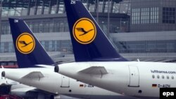 Самолеты авиакомпании Lufthansa в аэропорту Гамбурга. Иллюстративное фото. .