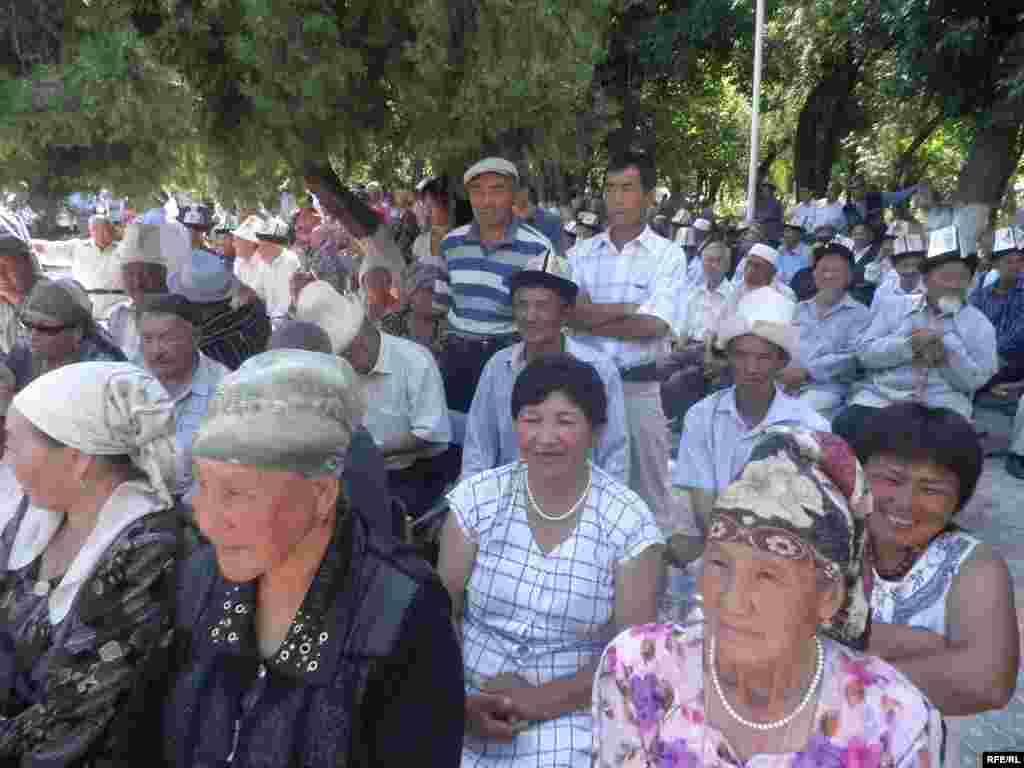 Кара-Сууда кыргыз-өзбек элдешти - Жыйынга чогулгандар акырында мындан ары тынчтык, ынтымак болушу үчүн бата тилешти.