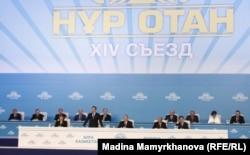 """""""Нұр Отан"""" партиясы 14-съезінің президиумынан көрініс. Астана, 25 қараша 2011 жыл."""