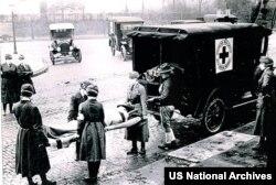 Missusiri ştaty, Sent-Luis, Gyzyl Haç ispan epidemiýasyna garşy iş alyp barýar. 1918-nji ýylyň oktýabry. Photo:US National Archives