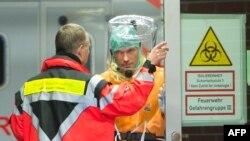 نیروهای امدادی در انتظار پزشکی مبتلا به ابولا در کلینیکی در فرانکفورت آلمان