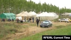 Палаточный лагерь мигрантов в российском Бузулуке близ границы с Казахстаном.