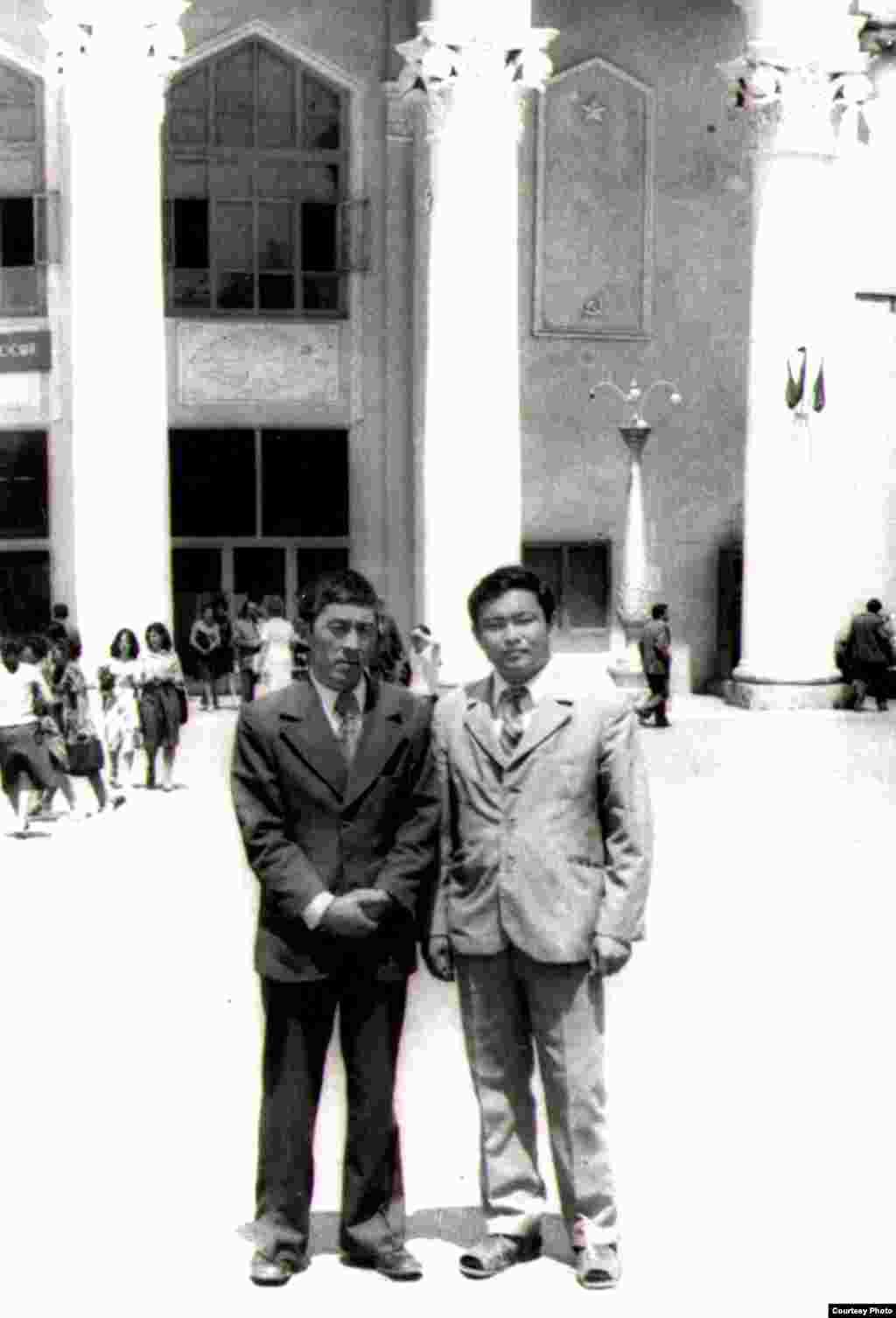 Т.Мурзабеков насаатчысы Мидил Жамгырчинов (оңдо) менен. 1970-жж.
