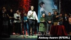 Эмир Байгазин и съемочная группа фильма «Уроки гармонии» на премьере фильма в Алматы. Алматы, 14 декабря 2013 года.